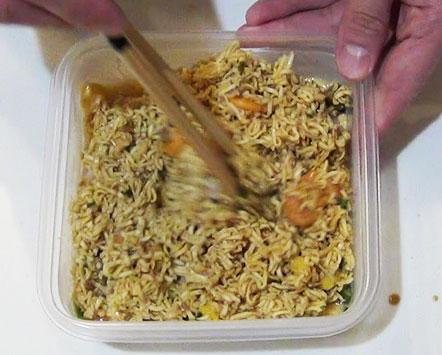 麺などを加えてよく混ぜる(カップヌードル炒飯の作り方)